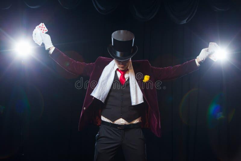 Midsection pokazuje wachlować out karty przeciw czarnemu tłu magik Magik, Juggler mężczyzna, Śmieszna osoba, Czarna obraz stock