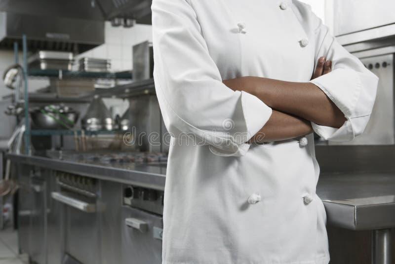 Midsection szef kuchni Z rękami Krzyżować obrazy stock