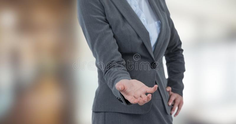 Midsection trzyma niewidzialnego produkt bizneswoman obraz royalty free