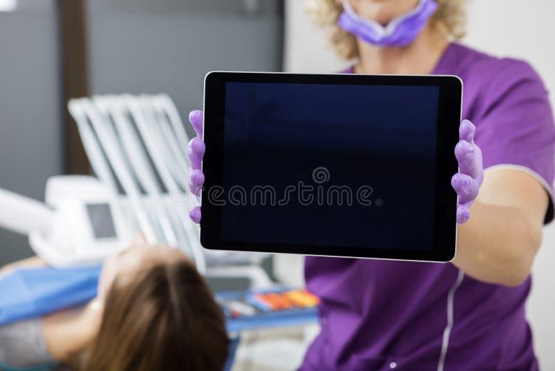 Midsection van Tandarts Showing Tablet Computer met het Lege Scherm royalty-vrije stock afbeelding