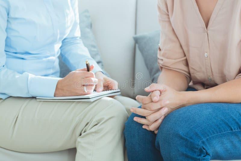Midsection van therapeut met patiënt stock afbeelding