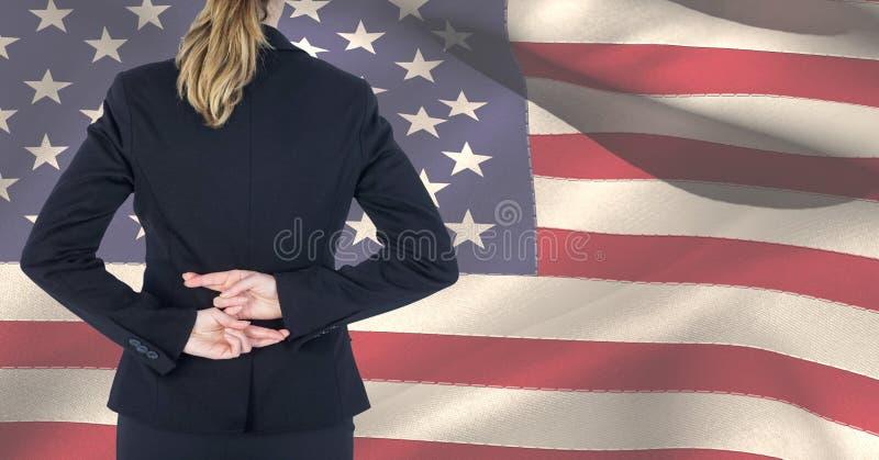 Midsection van vrouwelijke beroeps die vingers kruisen tegen Amerikaanse vlag royalty-vrije stock foto