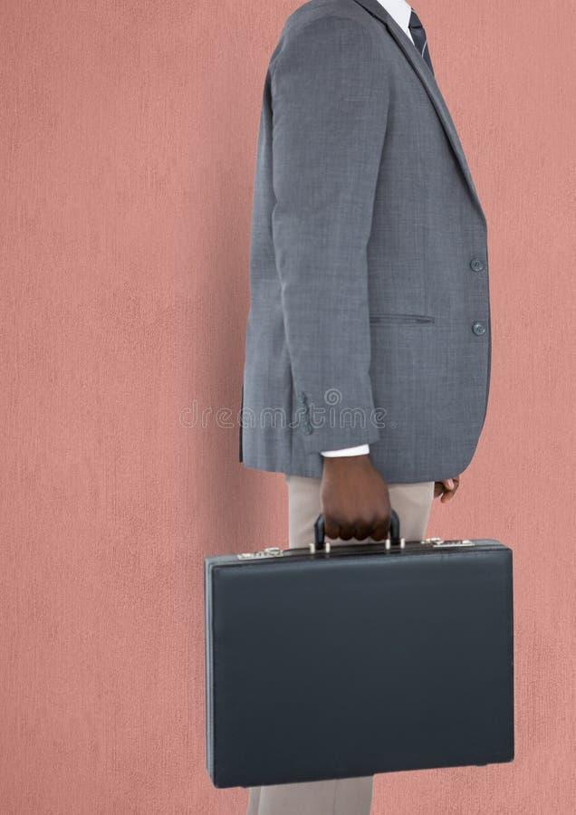 Midsection van zakenman dragende aktentas stock afbeeldingen