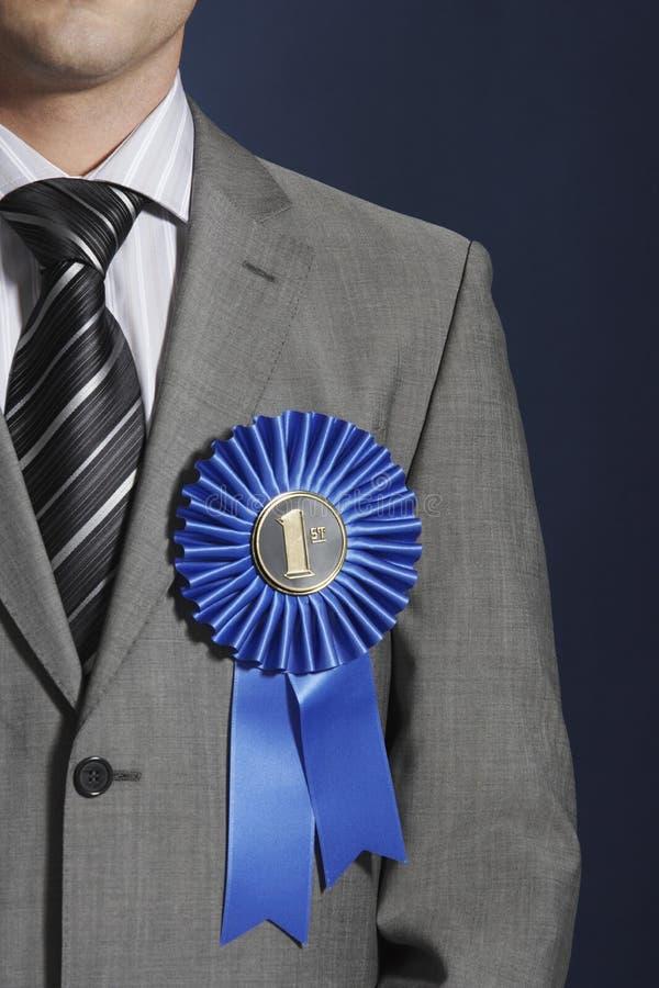 Midsection van Zakenman Wearing Blue Ribbon op Revers royalty-vrije stock afbeeldingen
