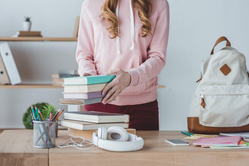 midsection widok żeński uczeń z książkami i plecakiem na stole obrazy royalty free