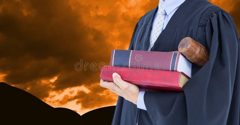 Midsectionen av advokatinnehavet bokar och auktionsklubban mot dramatisk himmel fotografering för bildbyråer