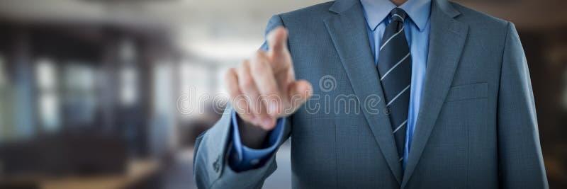 Midsectionen av den väl klädda affärsmannen som pekar mot tabellen och, tömmer stolar i regeringsställning arkivbilder