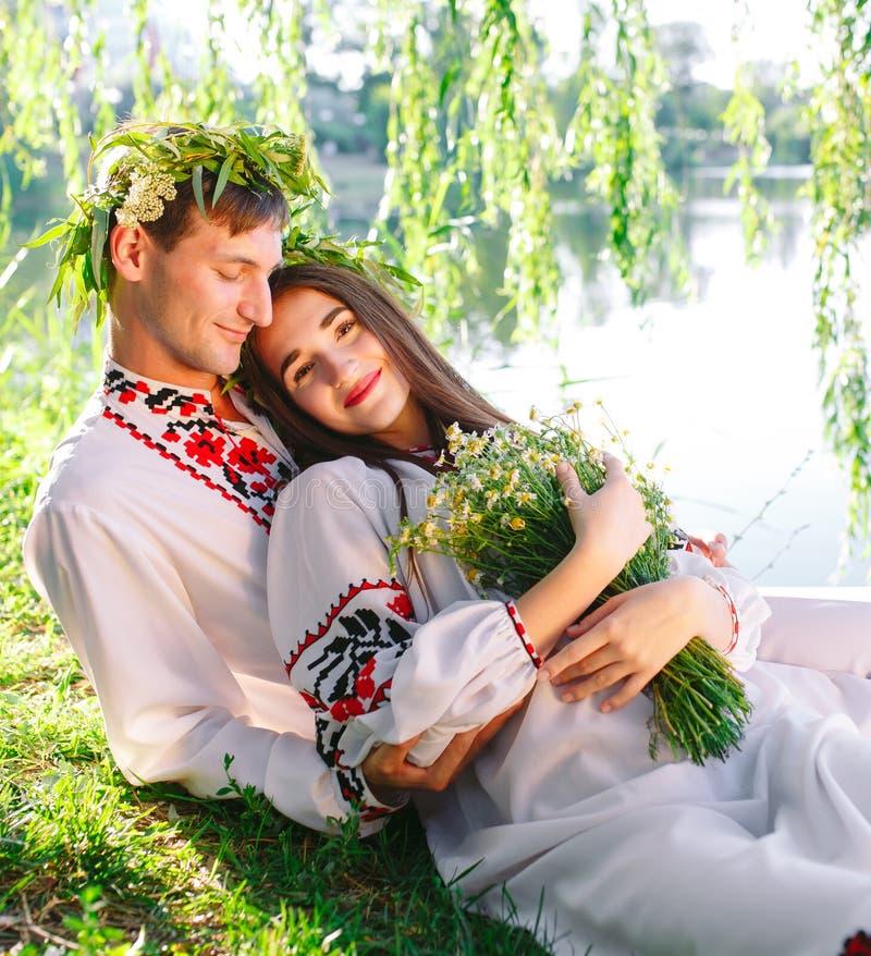 midsummer Молодые любящие пары в славянских костюмах на береге озера Slavonic праздник Иван Kupala стоковое фото