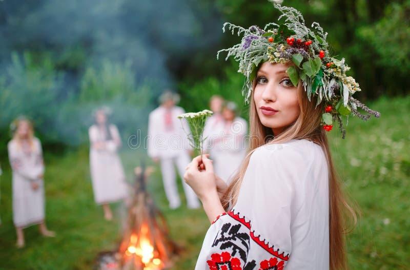midsummer Retrato de uma menina bonita na roupa eslavo perto do fogo fotos de stock