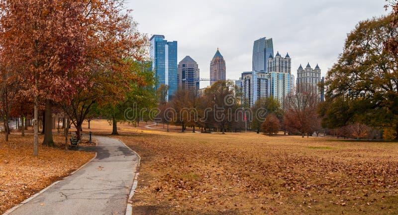 Midtown Atlanta e collina della quercia nel parco di Piemonte, U.S.A. immagini stock libere da diritti