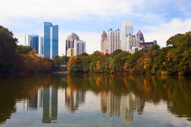Midtown Atlanta reflektiert im See. stockbilder