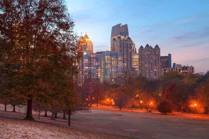 Midtown crepuscolare Atlanta e collina della quercia nel parco di Piemonte, U.S.A. fotografia stock libera da diritti