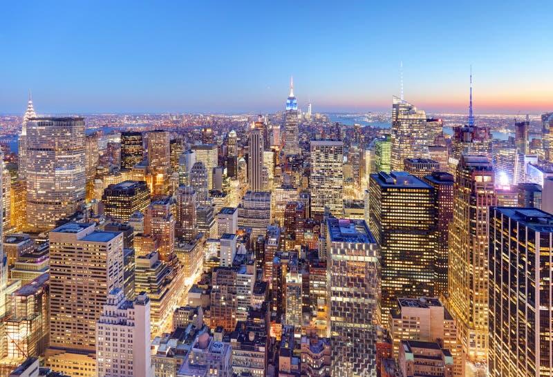 Midtown de New York City avec l'Empire State Building aux soleils étonnants photographie stock