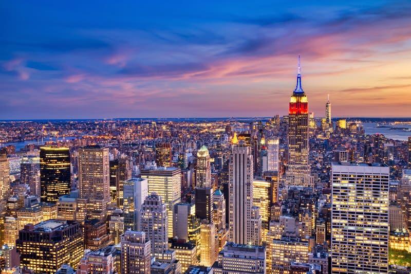Midtown de New York City com o Empire State Building no crepúsculo do helicóptero fotos de stock royalty free
