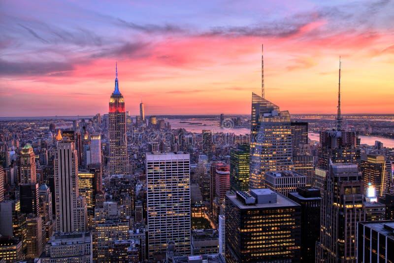 Midtown di New York con l'Empire State Building al tramonto stupefacente immagine stock libera da diritti