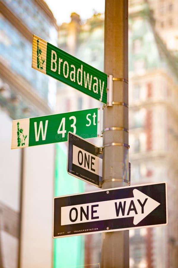 Midtown dos sinais de rua do verde de New York City imagem de stock