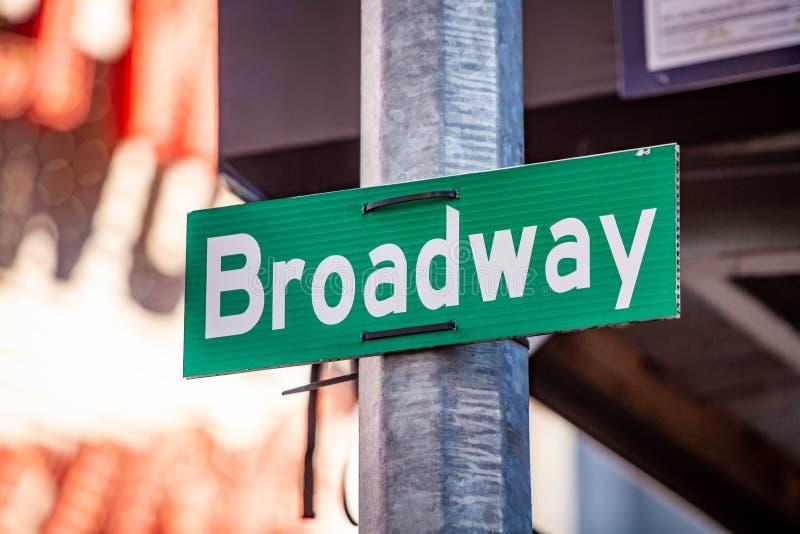 Midtown dos sinais de rua do verde de New York City imagens de stock