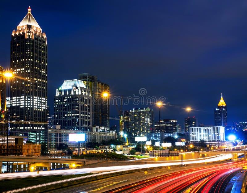 Midtown illuminato a Atlanta, U.S.A. alla notte immagini stock