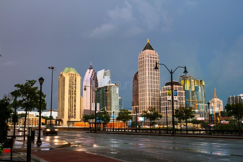 Midtown illuminato a Atlanta, U.S.A. alla notte fotografia stock