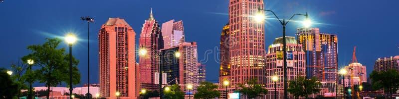 Midtown iluminado em Atlanta, EUA na noite Tráfego de carro, construções iluminadas e céu escuro foto de stock royalty free