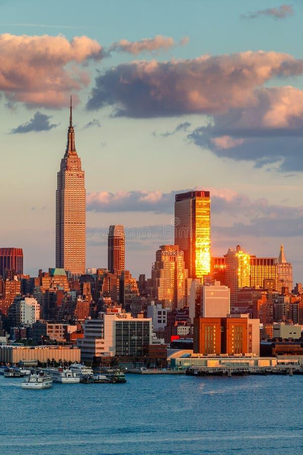 Midtown Manhattan del oeste en la puesta del sol con el Empire State Building, un Penn Plaza y el hotel del neoyorquino New York  imagen de archivo libre de regalías
