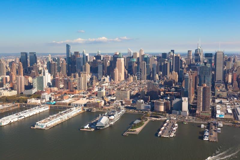 Midtown Manhattan di New York in NYC NY in U.S.A. Vista aerea dell'elicottero Pilastro 84 alla linea del cerchio e di Hudson Rive immagini stock libere da diritti