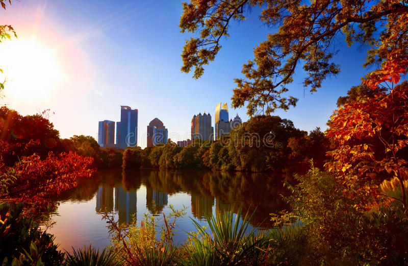 Midtown-Reflexion im See, Atlanta lizenzfreie stockbilder