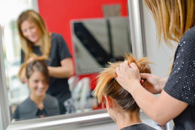 Mieć jej włosy projektującego zdjęcie royalty free