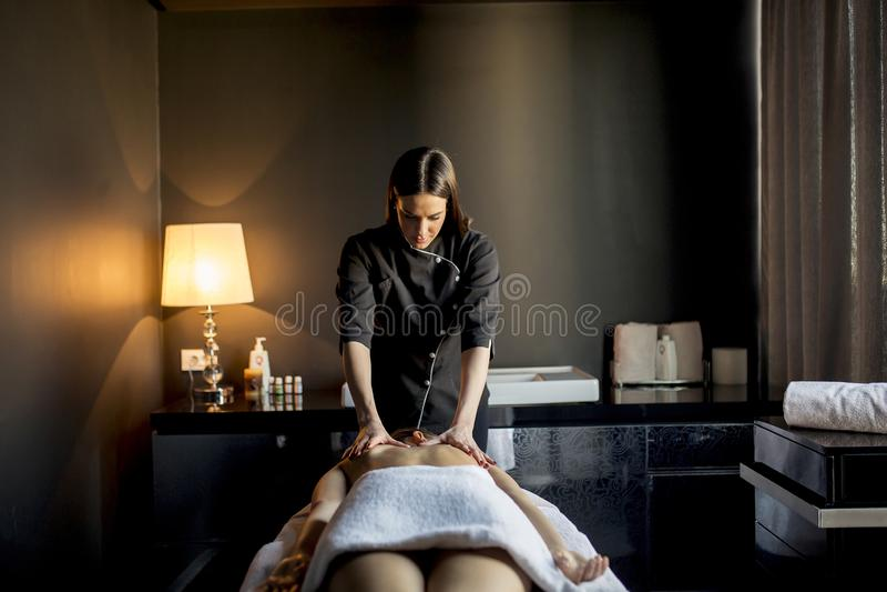 mieć masażu kobiety potomstwa zdjęcie royalty free