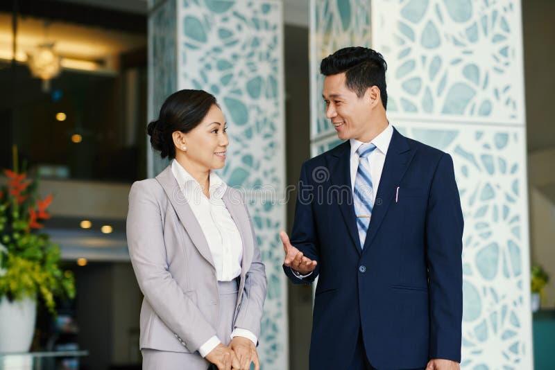 Mieć rozmowę towarzyską w biuro lobby fotografia royalty free