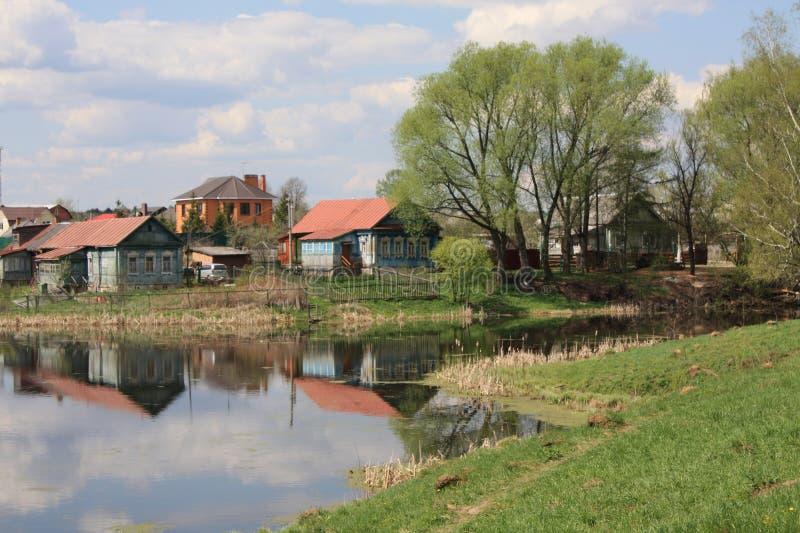 mieści jeziorną pobliski wioskę obraz royalty free