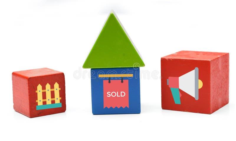 Mieści sprzedawać ikony na drewnianym dices znaka i stwarza ognisko domowe obraz stock