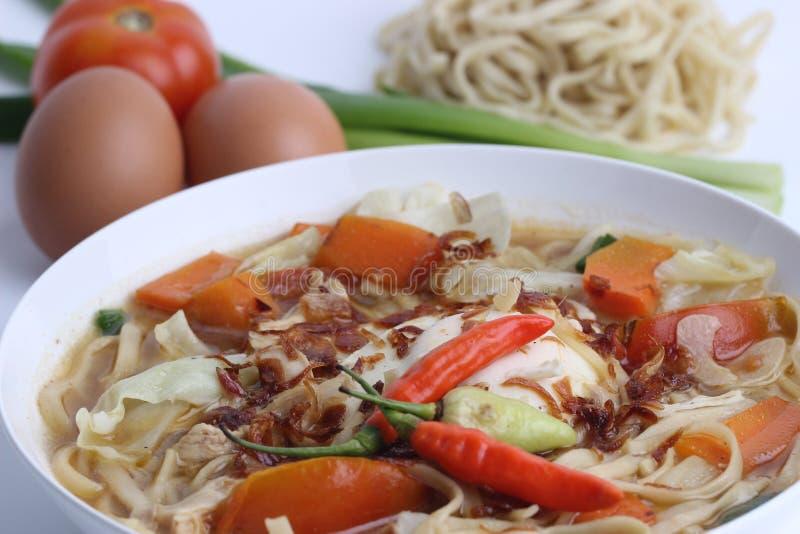 Mie Godog Jawa oder Noodle Suppe ist javanesisch und indonesisch mit Nudelzutaten und Kohl auf Teller. es schmeckt köstlich lizenzfreie stockfotografie
