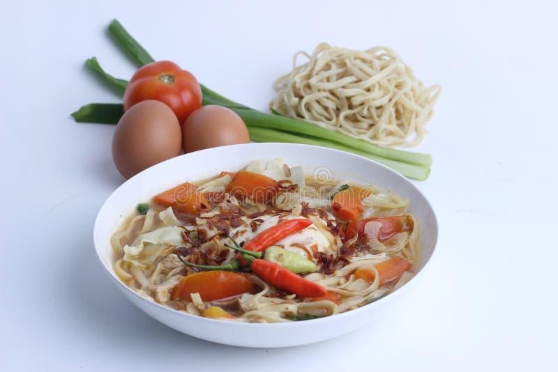 Mie Godog Jawa oder Noodle Suppe ist javanesisch und indonesisch mit Nudelzutaten und Kohl auf Teller. es schmeckt köstlich lizenzfreie stockbilder