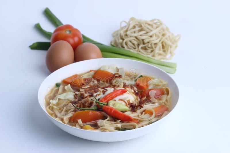 Mie Godog Jawa oder Noodle Suppe ist javanesisch und indonesisch mit Nudelzutaten und Kohl auf Teller. es schmeckt köstlich stockfoto