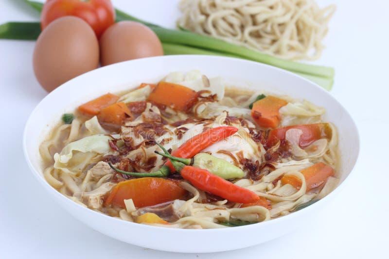 Mie Godog Jawa oder Noodle Suppe ist javanesisch und indonesisch mit Nudelzutaten und Kohl auf Teller. Es schmeckt k?stlich stockbilder