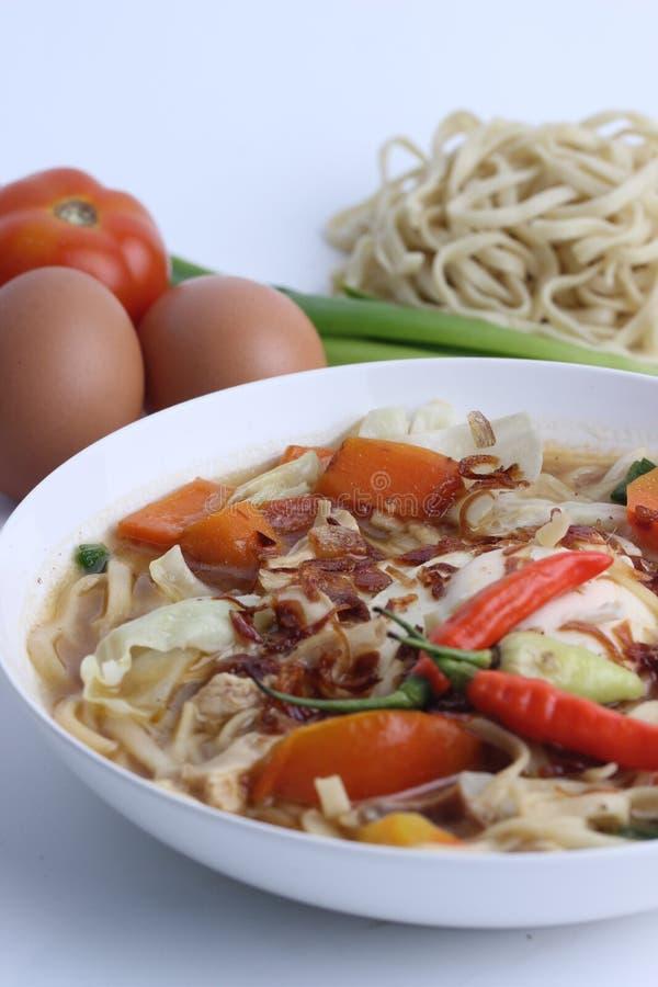 Mie Godog Jawa oder Noodle Suppe ist javanesisch und indonesisch mit Nudelzutaten und Kohl auf Teller. Es schmeckt k?stlich lizenzfreie stockfotos