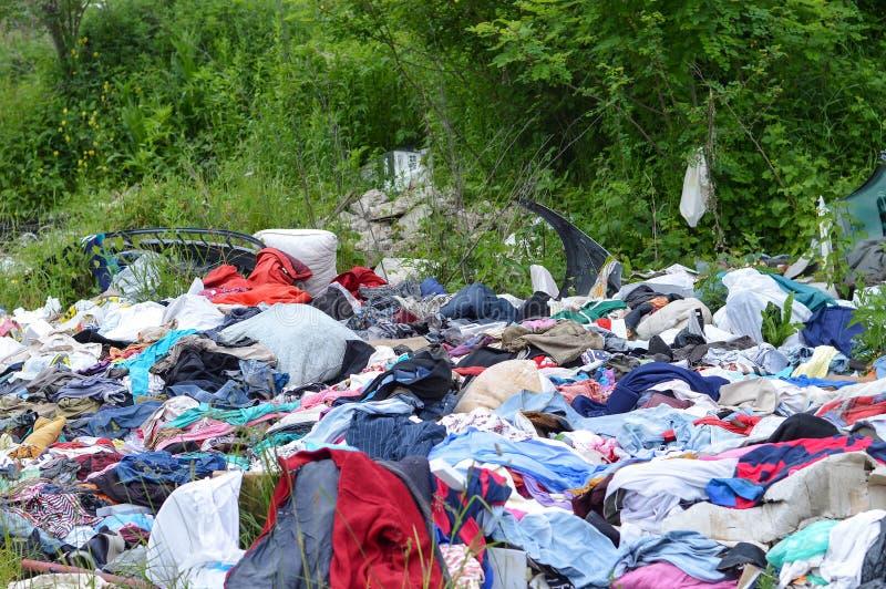 ?mieciarski usyp w naturze kryzysu ekologiczny ?rodowiskowy fotografii zanieczyszczenie Zaniechany odziewa w naturze obraz royalty free