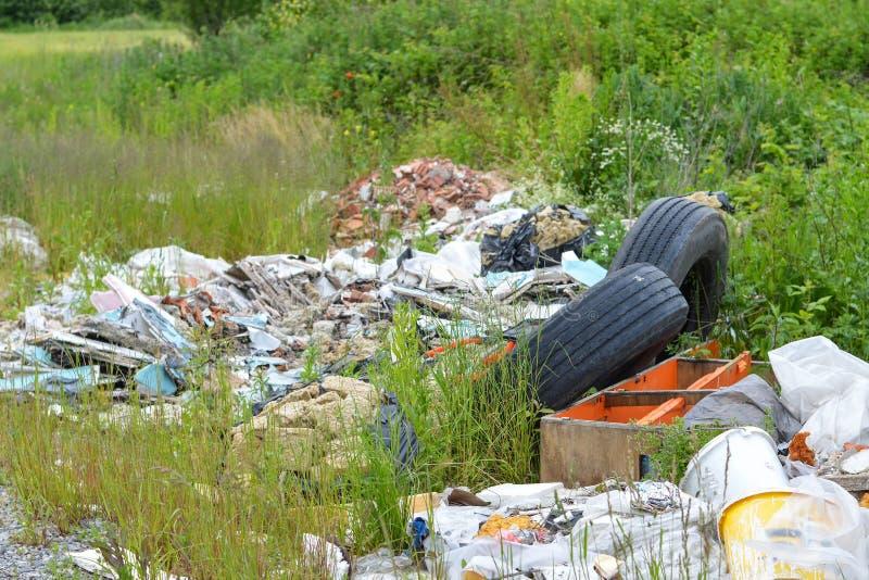 ?mieciarski usyp w naturze Zaniechane stare samochodowe opony w naturze kryzysu ekologiczny ?rodowiskowy fotografii zanieczyszcze obraz stock