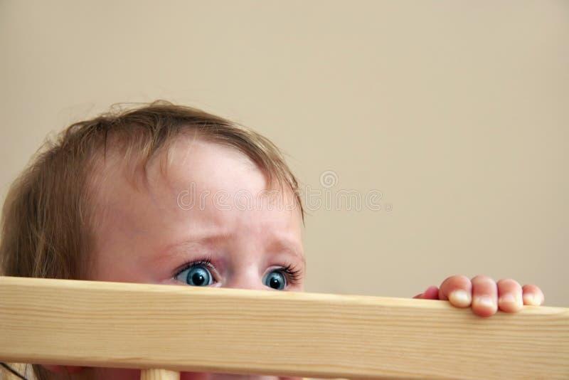 Miedo en ojos del bebé fotos de archivo