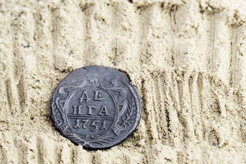 Miedziana moneta w piasku z inskrypcji Dengi 1751 uwolnieniem, stare Rosyjskie miedziane monety obrazy royalty free