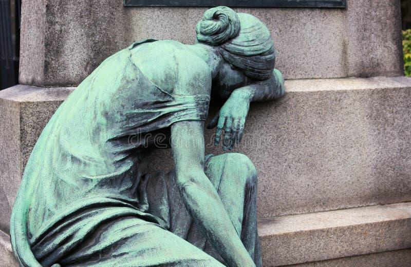 Miedziana rzeźba opłakuje kobieta przy grób zdjęcie stock