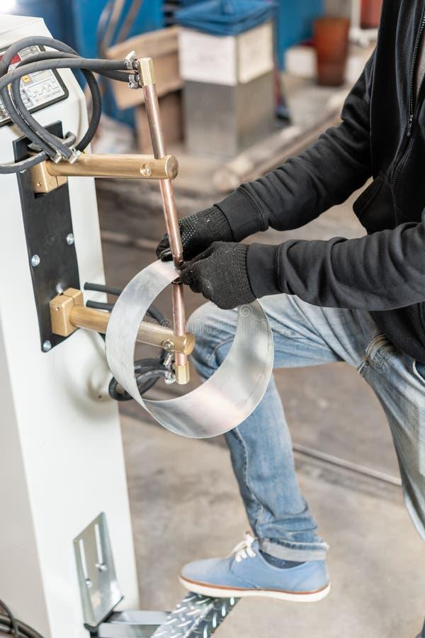Miedziane elektrody, pracująca część maszyna dla punktu spawu metal produkcja wentylacja i rynny obrazy royalty free