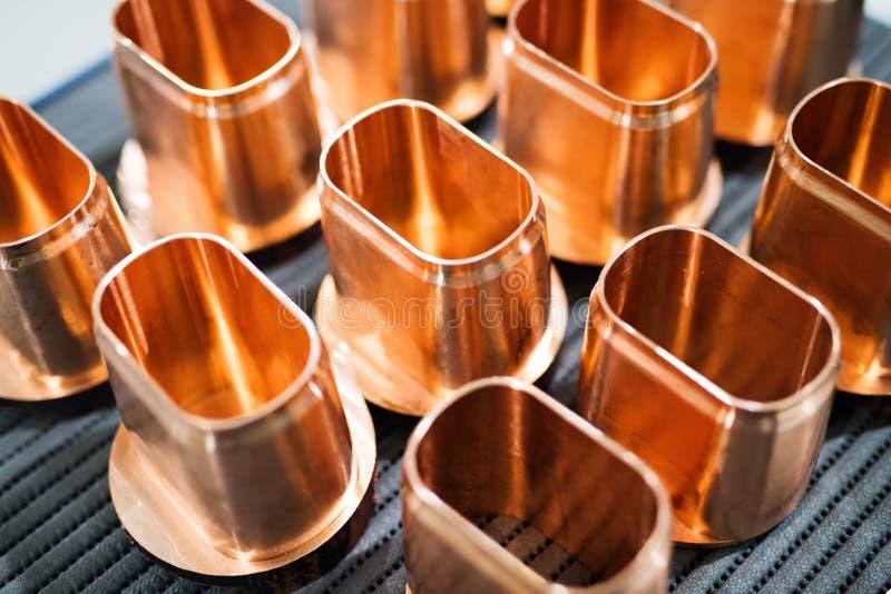 Miedzianej tubki metalu świstek rozdziela tło obraz stock