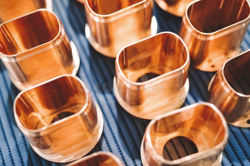 Miedzianej tubki metalu świstek rozdziela tło obrazy stock