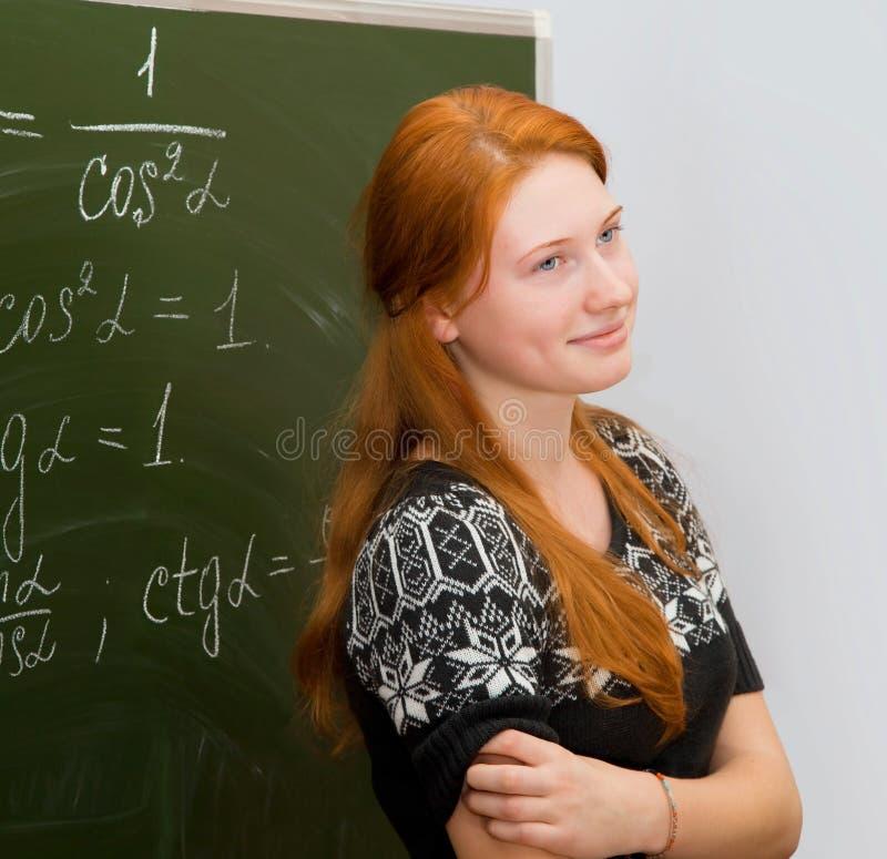 Miedzianowłosa dziewczyna spotyka matematyki lekcję obraz stock