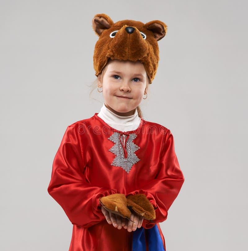 Miedzianowłosa dziewczyna w kostiumu Slawistyczny niedźwiedź fotografia stock