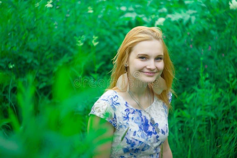 Miedzianowłosa dziewczyna w zielonej trawie obrazy stock