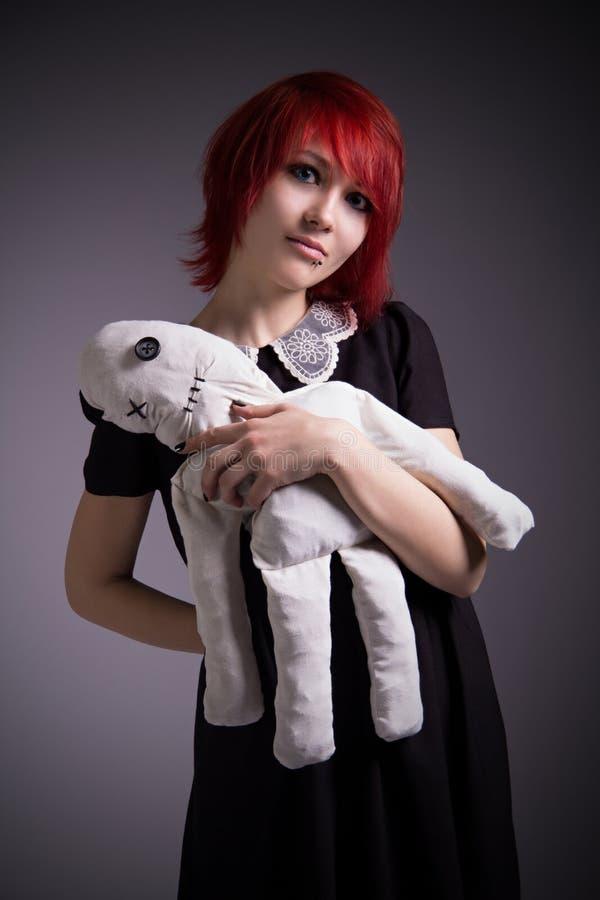 Miedzianowłosa dziewczyna z gałganianą lalą fotografia royalty free