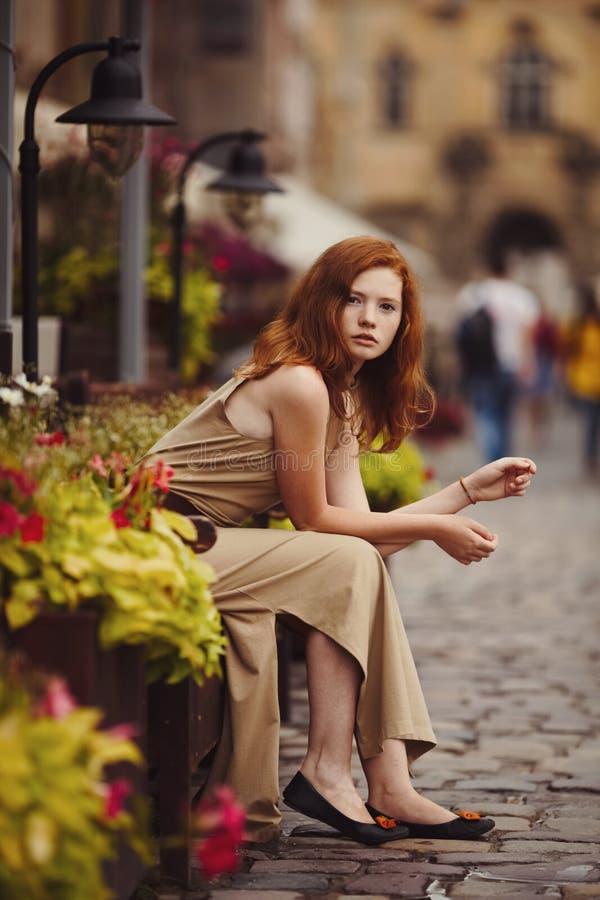 Miedzianowłosa kobieta odpoczywa na ulicach miasto fotografia stock